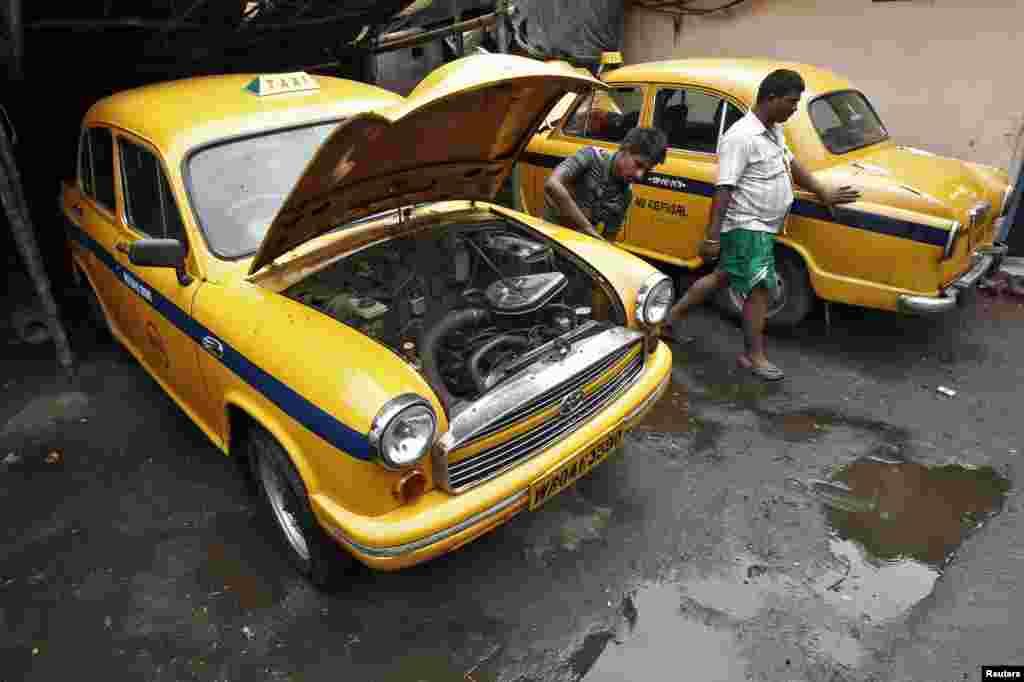 ورکشاپ میں گاڑی کی مرمت کا کام کیا جا رہا ہے۔