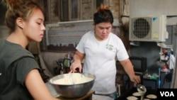 Khanom farang kutii jiin being made at the Thanusingha Bakery. (Zinlat Aung for VOA News)