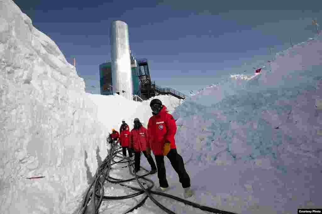Saat detektor dipasang, kabel-kabel ditarik untuk terhubungkan dengan sensor-sensor ke server Lab IceCube. (Freija Descamps/NSF)