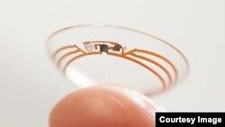 Những con chip và các bộ cảm biến tí hon, cùng với ăngten mỏng hơn một sợi tóc của con người, có thể được lồng vào trong vật liệu của kính sát tròng