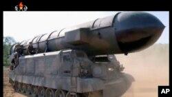 Misil balistik Pukguksong-2 milik Korea Utara di lokasi yang dirahasiakan (foto: dok).