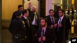 "Wakil Presiden terpilih AS, Mike Pence (tengah) melambai saat meninggalkan gedung Richard Rodgers Theatre tempat dimainkannya drama musik ""Hamilton"" di Manhattan, New York, Jumat (18/11)."