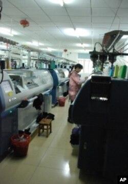 劉氏夫婦一同在東莞一間毛織廠任職工人