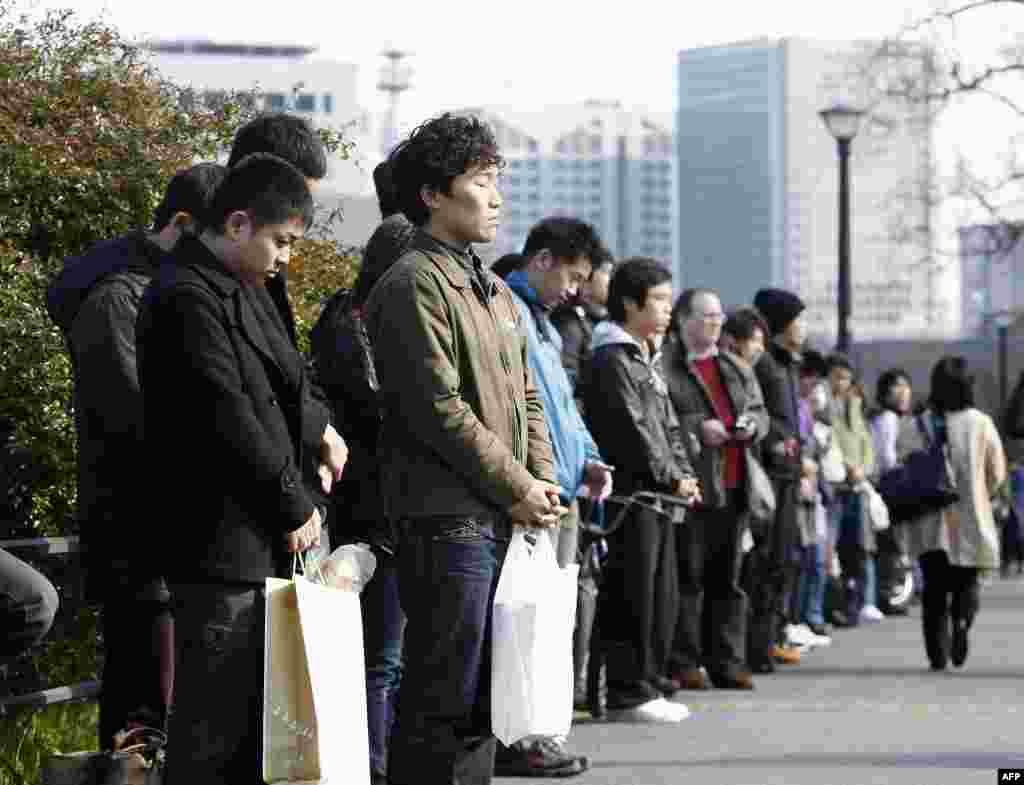 Минута молчания у Императорского дворца в Токио