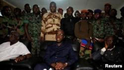 Le ministre ivoirien de la Défense, Alain-Richard Donwahi, entouré des militaires, s'adressent aux journalistes à Bouaké, Côte d'Ivoire, 7 janvier 2017.