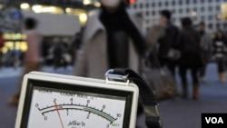 Un funcionario usa un medidor de radiación en Shibuya, Tokio, en momentos en que los expertos buscan indicios de escapes de radiación en el país.