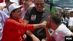 Seorang pendukung di Brazil mencium tangan capres Dilma Rousseff. Para Pemilih hari ini memilih Presiden antara dua kandidat Dilma Rousseff dari Partai Buruh, atau Jose Serra dari Partai Demokratis Sosial.