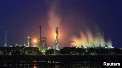 Kilang Balongan milik PT Pertamina, di Indramayu, Jawa Barat, 14 Januari 2016. PT Pertamina mengatakan, Selasa, 30 Januari 2018, pihaknya memilih konsorsium pimpinan Oman Oil and Gas LLC untuk membangun kilang baru di Bontang, Kalimantan Timur. (Foto: Antara via Reuters)