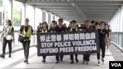 遊行人士手持大型標語「停止警暴,捍衛新聞自由」。(網絡截圖)