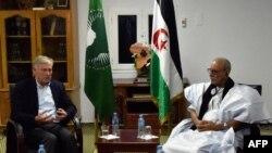 Le représentant de l'ONU Horst Koehler et le secrétaire du Polisario Brahim Ghali, à Tindouf, en Algerie, le 19 octobre 2017.