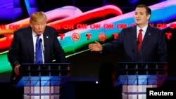 川普(左)和克魯茲(右)2月25 日在休斯敦參加總統選舉辯論。