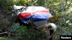 烏克蘭東部一人經過馬航MH17班機被擊落的殘片。(2014年7月26日)