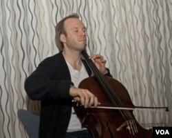 桑维克在挪威广播交响乐团排练(美国之音方正拍摄)