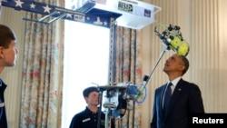 President AS Barack Obama mencoba karya salah satu inovator remaja di pameran sains di Gedung Putih. (Foto: Dok)