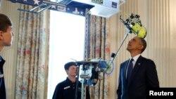 El presidente Barack Obama observa el invento ganador a Mejor Robot de la escuela St. Vincent de Paul Middle School in Theodore, Alabama. El mandatario recibió a los jóvenes científicos y sus inventos en la Casa Blanca.