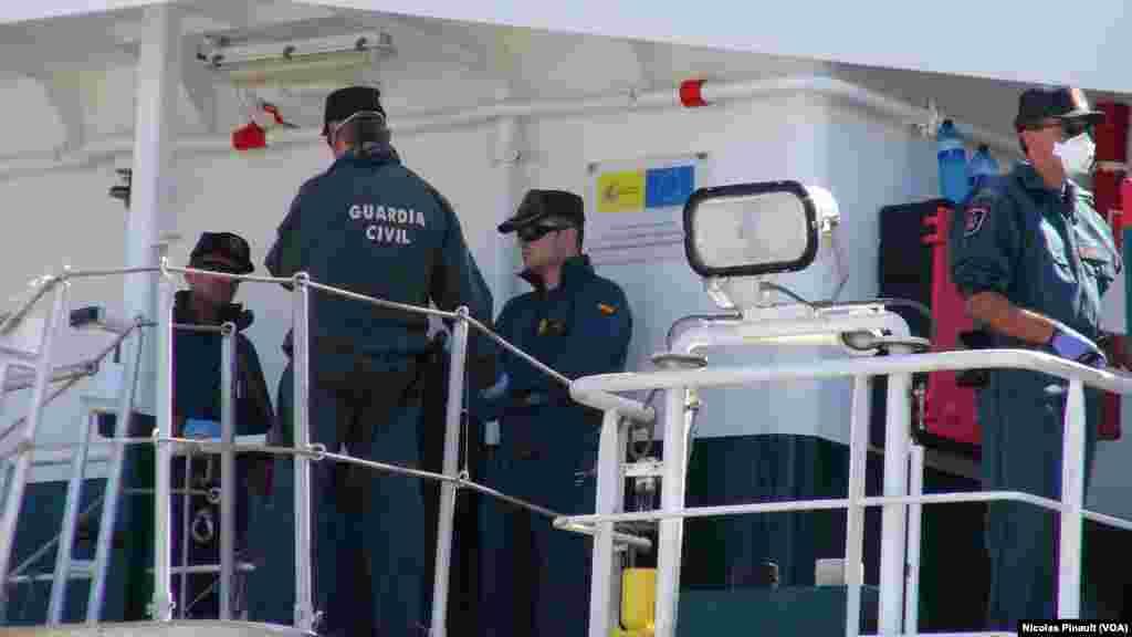 Les migrants attendent de débarquer du navire espagnol qui les a secourus en mer Méditerranée, Pozzallo, Sicile, 7 octobre 2015 (Nicolas Pinault/VOA).