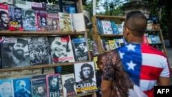 បុរសជនជាតិគុយបាពាក់អាវយឺតដែលមានទង់ជាតិអាមេរិក បានដើរតាមដងផ្លូវមួយនៅក្រុង La Havane នាថ្ងៃទី១៦ ខែមករា ឆ្នាំ២០១៥។ ស.រ.អានិងប្រទេសគុយបា នឹងធ្វើកិច្ចចរចាគ្នាអំពីការបើកស្ថានទូតឡើងវិញ