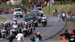 曼德拉的遺體由車隊運抵故鄉東開普省庫努村,沿途民眾揮手向遺體道別。