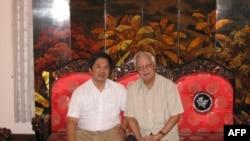 Cố Thủ tướng Võ Văn Kiệt (phải) và Tiến sĩ Cù Huy Hà Vũ