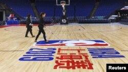 上海梅赛德斯-奔驰文化中心的工作人员在为NBA湖人队和篮网队的比赛做准备。(2019年10月10日)