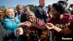 美国民主党总统候选人希拉里·克林顿在佛罗里达州问候球迷们(2016年10月29日)