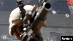داخلي حمله هغه وي چې د افغان امنیتي ځواکونو دننه مسلح تن چې زیاتره یې د افغان امنیتي ځواکونو دریشي هم اغوستي وې خپل ټوپک په خپلو افغان همکارانو یا خارجي عسکرو راوړوي. په اکثرو پېښو کې حمله کونکی ووژل شي