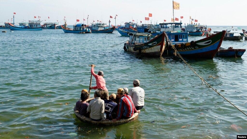 Ngư dân trên thuyền tre ở vịnh của đảo Lý Sơn ngoài khơi tỉnh Quảng Ngãi. Một thuyền của Quảng Nam vừa bị Trung Quốc từ chối cứu hộ ở quần đảo Hoàng Sa, theo truyền thông trong nước.