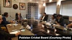 نئی تشکیل شدہ کرکٹ کمیٹی پی سی بی کے چیئرمین احسان مانی کے ساتھ