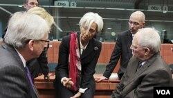 Kepala IMF Christine Lagarde (tengah) hadir dalam pertemuan para pejabat keuangan 17 negara Eropa di Brussels, Belgia (21/10).