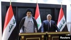 Le chef chiite irakien Moqtada al-Sadr et le Premier ministre irakien Haider al-Abadi s'expriment lors d'une conference à Bagdad, Irak, le 20 mai 2018