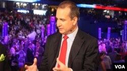 El congresista Mario Díaz-Balart habla para la Voz de América, durante la convención republicana. [Foto: Ramon Taylor, VOA].
