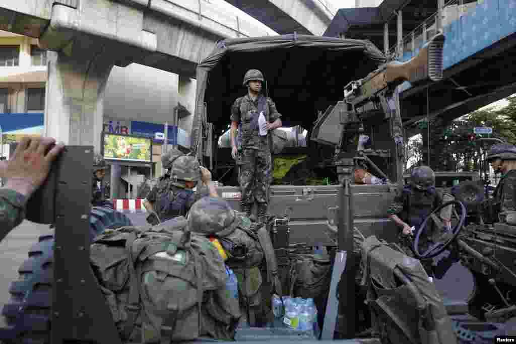 Binh sĩ Thái Lan được triển khai tớikhu mua sắm ở thủ đô Bangkok ngày 20 Tháng Năm 2014.