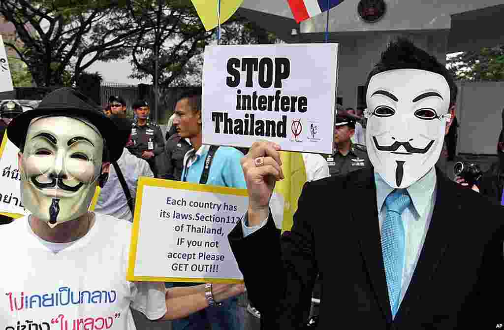 Thai Royalist Protesters Wearing Guy Fawkes Masks at US Embassy in Bangkok, December 16,2011. (VOA - D. Schearf)