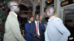 Ông Grang Demebiar (trái) con của cố chính trị gia Sudan John Garan, đến Addis Ababa, Ethiopia đẻ dự hòa đàm, 2/1/13