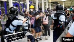 8月13日,防暴警察在香港機場使用胡椒噴霧驅散反送中大游行的抗議者。在此之前,一名女示威者在機場的集會中眼部受傷