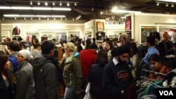 Las tiendas estaban repletas de gente toda la noche.