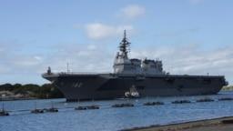 """资料照片:日本海上自卫队""""伊势""""号直升机驱逐舰抵达美国夏威夷珍珠港-希卡姆联合基地,准备参加""""环太平洋""""军事演习。(2018年6月26日)"""