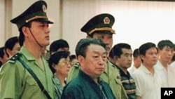 前北京市市长陈希同1998年在法庭受审。