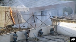 阿富汗警察与占领一个小旅馆的自杀袭击者作战(资料照片)