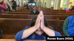 Los fieles sordos hispanos encuentran un lugar de oración en la iglesia Episcopal de Washington Heights en Nueva York.