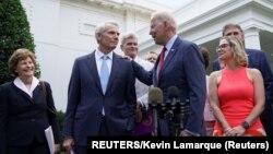 Predsjednik SAD Joseph Biden nakon razgovora sa republikanskim i demokratskim senatorima o planu ulaganja u infrastrukturu (REUTERS/Kevin Lamarque)