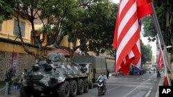 美国国旗2019年2月26日在朝鲜领导人金正恩下榻的越南河内美丽雅酒店外飘扬,街道上戒备森严。