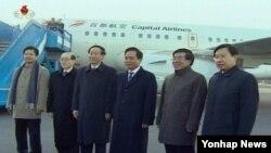 2012년 평양에 도착한 리젠궈 중국 공산당 중앙위원회 정치국 위원(왼쪽 네번째)을 영접한 류흥차이 북한 주재 중국대사 (오른쪽에서 두번쨰).