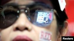 Hasil perolehan pemilu Thailand terpantul dari kacamata yang dikenakan oleh seorang pendukung partai Pheu Thai di Bangkok, Thailand, 24 Maret 2019. (Foto: dok).