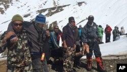 Tentara Nepal mengangkut para pendaki yang mengalami cedera, di kawasan Thorong La pass, Himalaya, Nepal (17/10).