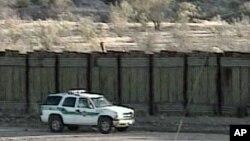 Kendaraan Patroli Polisi Amerika Serikat terlihat sedang berada di dekat pagar perbatasan AS-Meksiko (Foto: dok).