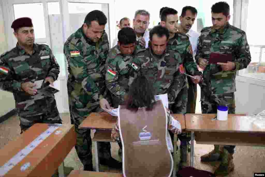 حضور پیشمرگه های کرد در حوزه های اخذ رای در اربیل عراق، دو روز پیش از انتخابات پارلمانی اقلیم کردستان عراق