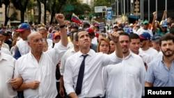 Las protestas comenzaron en la sede del legislativo en Caracas, donde Juan Guaidó, centro, dio un discurso antes de que los diputados celebraran una sesión especial para conmemorar el día de la independencia de Venezuela.
