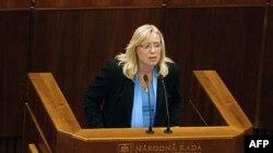 Slovačka premijerka, Iveta Radicova u obraćanju članovima parlamenta za vreme sednice na kojoj će se glasati o odobrenju proširenja fondova za finansijsku pomoć evrozoni, Bratislava, 11. oktobar 2011.