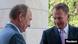 15일 블라디미르 푸틴 대통령(왼쪽)이 러시아 남부 휴양도시 소치에서 사울리 니니스퇴 핀란드 대통령을 만나 우크라이나 사태와 경제 문제를 논의했다.